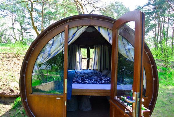 Licht und Luft von zwei Seiten, schlafen auf einem quer eingebauten Bett - Schlaffass am Plauer See | © www.schlaffass-am-see.de