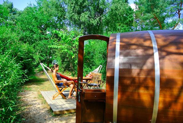 Jedes Fass hat seine eigene kleine Sonnenterrasse | © www.schlaffass-am-see.de
