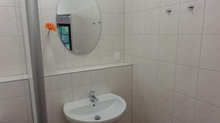 Die gepflegten und modernen Sanitaeranlagen - Schlaffass am Plauer See | © www.schlaffass-am-see.de