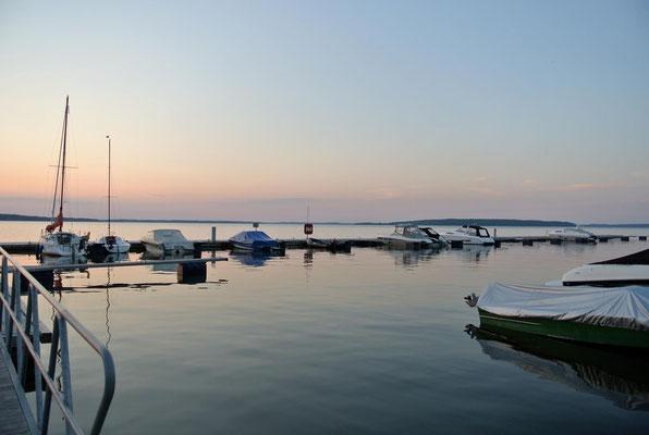 Eigenes Boot dabei? Mieten Sie eine Liegebox in unserer Marina - Schlaffass am Plauer See | © www.schlaffass-am-see.de