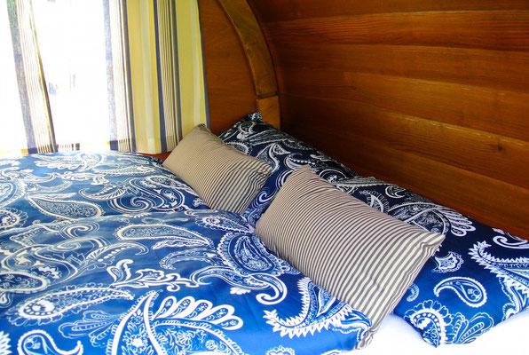 Doppelbett mit Kaltschaummatratze auf 140 x 195 cm - Schlaffass am Plauer See | © www.schlaffass-am-see.de