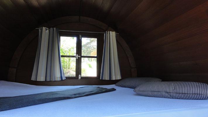 Doppelbett mit Kaltschaummatratze, 140 x 195 cm, Schlaffass am Plauer See | © www.schlaffass-am-see.de
