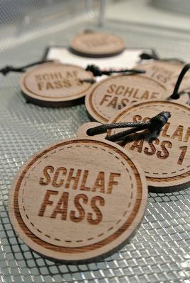 Liebevoll bis ins Detail - die Schluesselanhaenger fuer das Schlaffass am Plauer See | © www.schlaffass-am-see.de