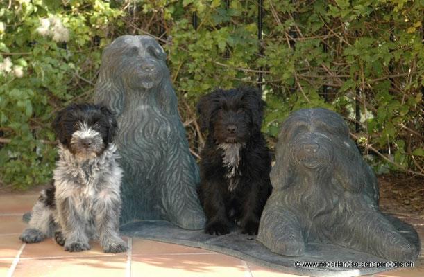 Belle Star Kiffa und Belle Star Gaea mit den Statuen ihrer Vorgängerinnen