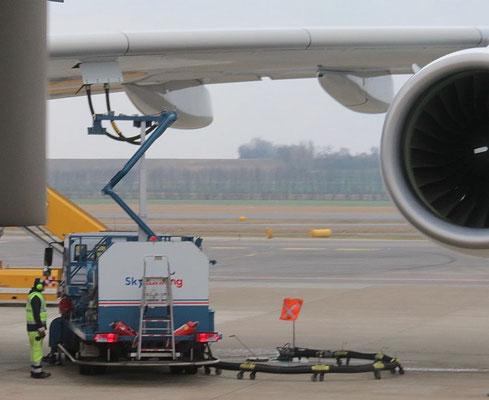 So werden die grossen Flugzeuge betankt. Gleich mit zwei Leitungen. Tanks sind im Rumpf und in den Tragflächen. Das betanken an einer normalen Tankstelle würde 2 volle Tage in Anspruch nehmen