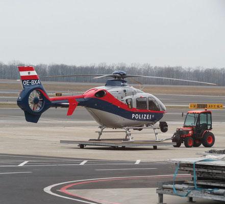 Der Polizei Hubschrauber fliegt täglich seine Runde. Habt ihr gesehen? Er steht auf einer fahrenden Plattform