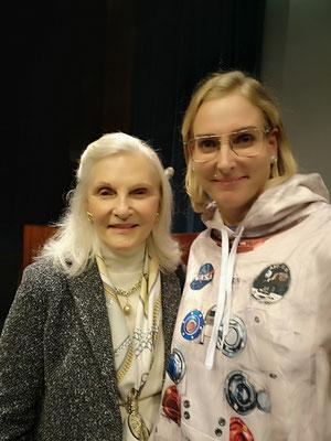Rusty Schweickarts Frau. Leider konnte ich ihren Namen nirgendwo finden. Eine faszinierende Frau. Sie kämpfte gegen den Vietnam Krieg und saß im Gefängnis