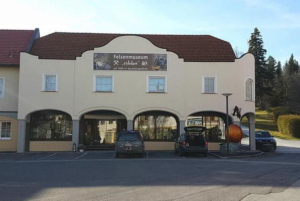 Das Felsenmuseum von Aussen. Genug Parkplatz vorhanden