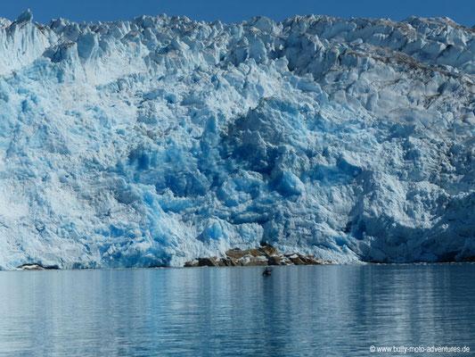 Grönland - Geltscher Qaleralit mit Kajakfahrer