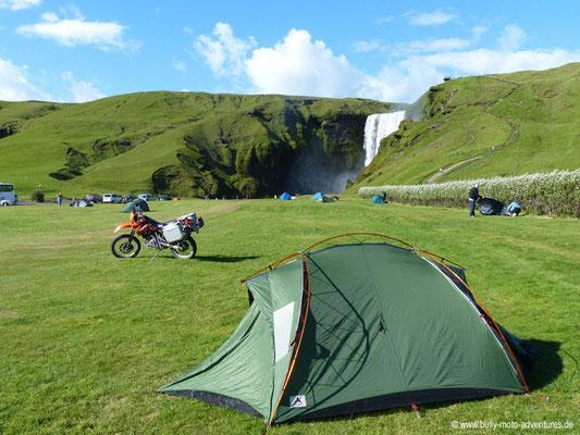 Island - Campingplatz am Wasserfall Skógafoss