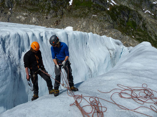 Norwegen - Buarbreen Gletscher - Hinabsteigen in eine Gletscherspalte