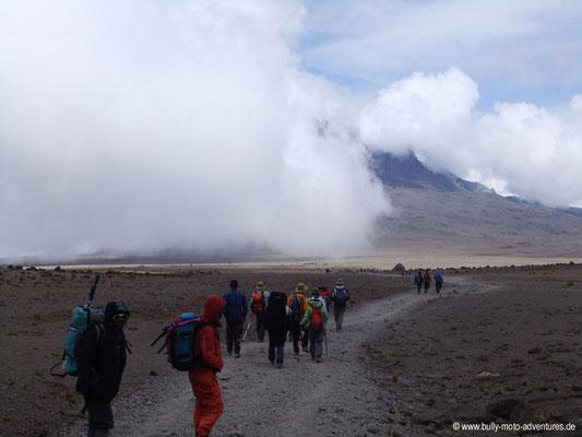 Tansania - Besteigung des Kilimanjaro - Marangu Route - Wolkenspiel mit Blick auf den Mawenzi
