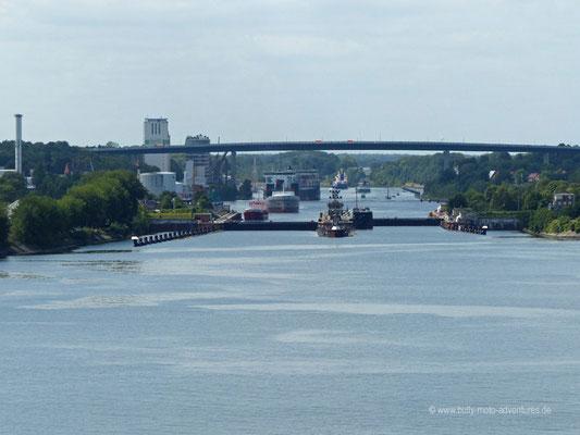 Blick auf die Schleusenanlage Kiel-Holtenau des Nord-Ostsee-Kanals