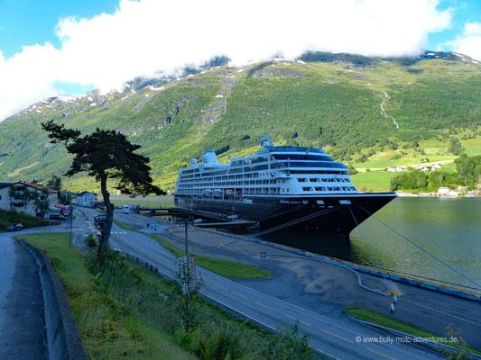 Norwegen - Kreuzfahrtschiff im Innvikfjord