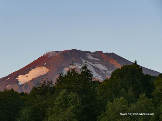 """Chile - Malalcahuello - Aussicht vom Campingplatz """"Dos Volcanos"""" am Abend"""