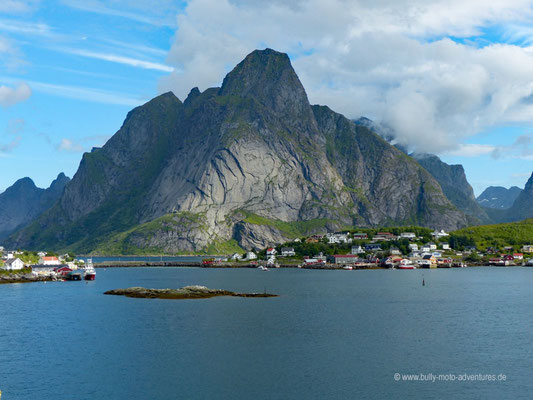 Norwegen - Lofoten - Reine - Blick in den Reinefjord