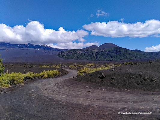 Chile - Parque Nacional Conguillío - Straße R-925-S -Lavafeld und Vulkan Llaima