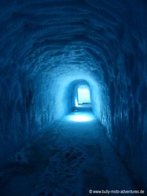 Island - Into the Glacier - Stimmungsvoll beleuchteter Tunnel