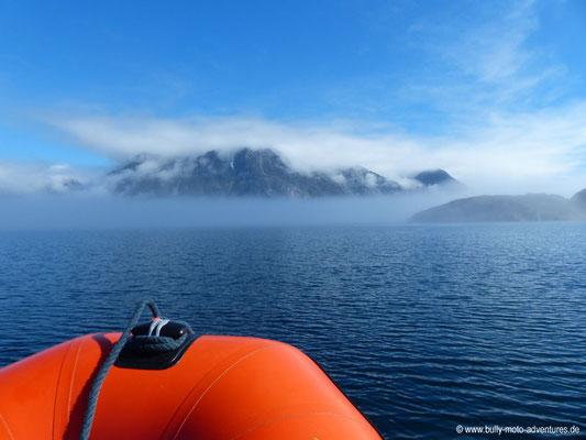 Grönland - Nebel- und wolkenverhangener Tasermiut Fjord - Fahrt von Nanortalik nach Tasiusaq