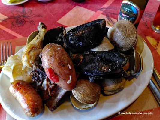 Chile - Insel Chiloé - Curanto (Muschel-Fleisch-Eintopf mit Kartoffeln)