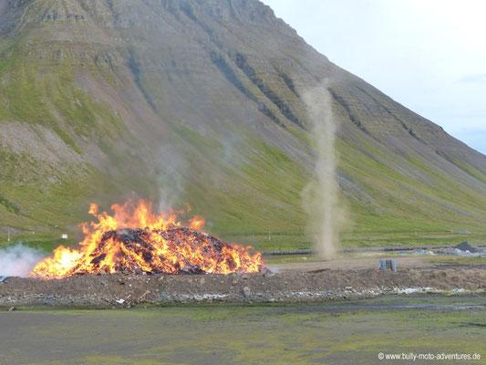 Island - Ísafjörður - Lagerfeuer mit Windhose