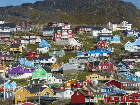 Grönland - bunte Häuser von Qarqotoq