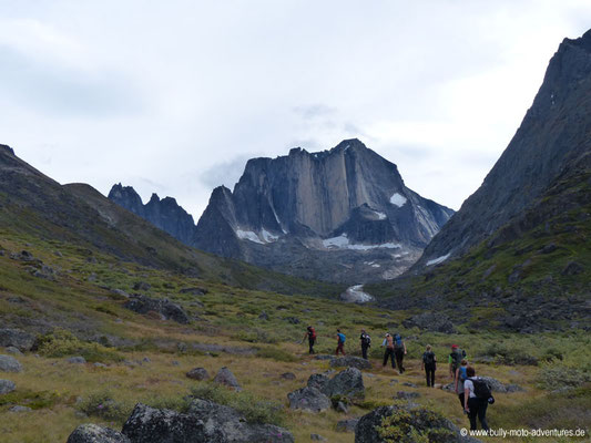 Grönland - Tasermiut Fjord - Tal mit Blick auf den Berg Nalumasortoq (ca. 2050 m hoch)