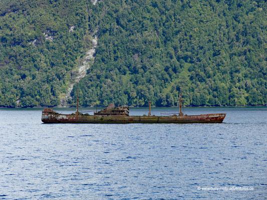 Chile - Fährfahrt von Puerto Natales nach Puerto Montt - Tag 2 - Schiffswrack im Messier-Kanal