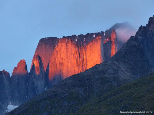 Grönland - Tasermiut Fjord - die Spitze des Nalumasortoq leuchtet orange