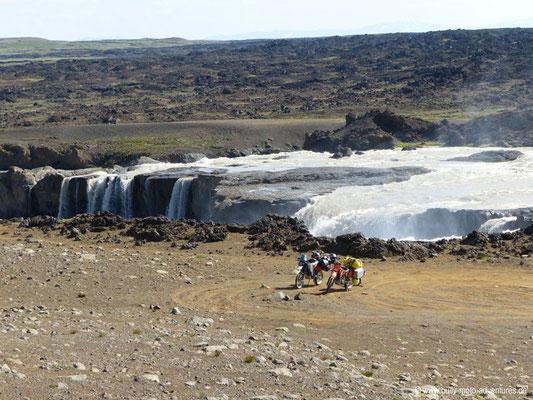 Island - Am Wasserfall in der Nähe des Aldeyjarfoss