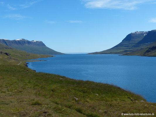 Island - Seyðisfjörður - Blick in den Fjord