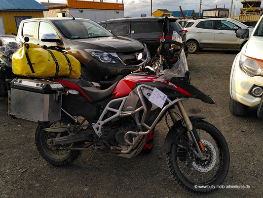 Chile - Puerto Natales - Vorbereitung des Motorrades für Fährfahrt