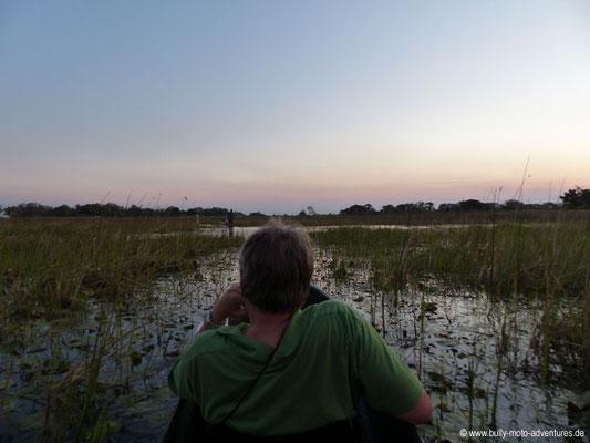 Botswana - Okavango Delta - Fahrt im Mokoro im Abendlicht