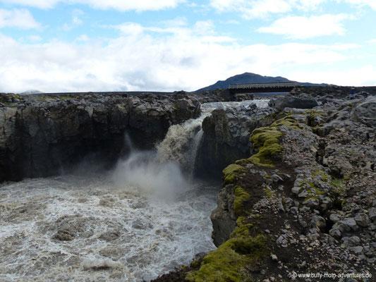 Island - Laugavegur - Etappe 3 - Álftavatn nach Emstrur - Wasserfall bei der Fußgängerbrücke
