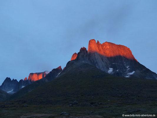 Grönland - Tasermiut Fjord - die Spitze des Ulamertorsuaq leuchtet orange