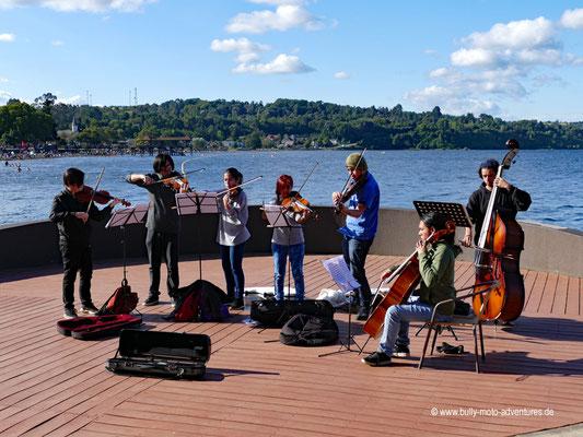 Chile - Frutillar - Musiker vor dem Teatro del Lago