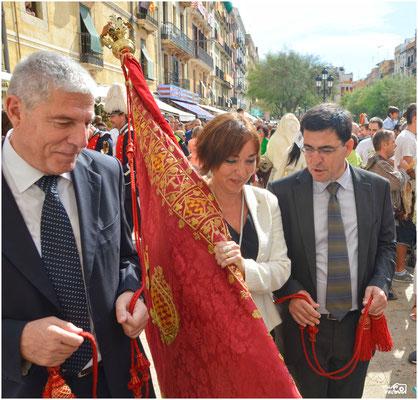 2014 Amb la tinent d'Alcalde Begoña Floria, portant la bandera de la ciutat. Sta Tecla 2014