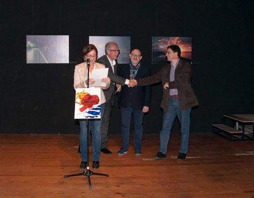 Begoña Floria presentando el acto, en segundo plano junta al artista Menpo y Josep Felix Ballesteros, Alcalde de Tarragona