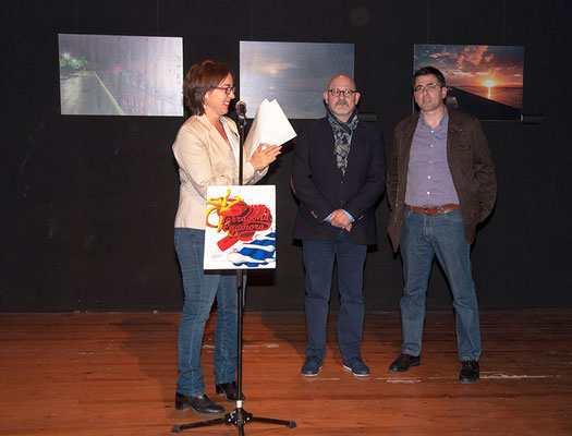 Begoña Floria presentando el acto, en segundo plano junta al artista Menpo