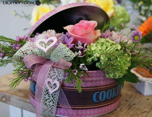 Cakebox mit frischen Schnittblumen