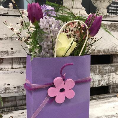 Blumensackerl mit frischen Schnittblumen