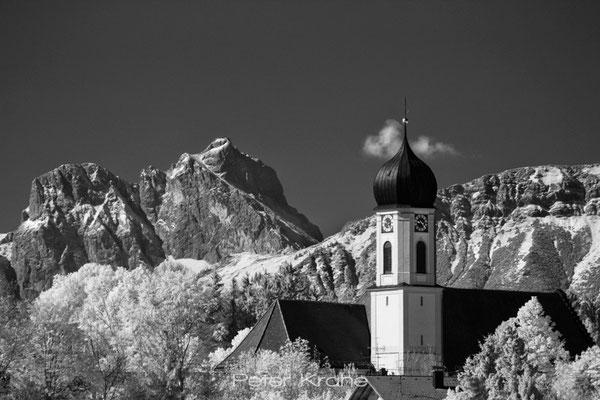 Kirche von Seeg vor Aggenstein und Breitenberg