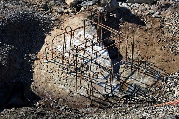 The bedrock has been cleaned with a pressure washer. Reinforcing steel, 10 cm thick, is cemented in 14 mm diameter boreholes which are 15 cm deep.