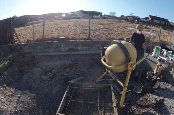 315 liter (756 kg) med betong, tilsatt frostvæske (nitratløsning), helles i forskalingen.
