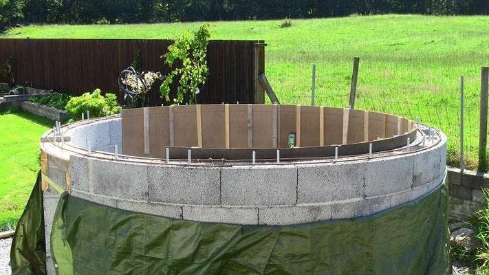 Forskalingen til kronen består av sutaksplater. Disse er festet med terrasseskruer til Leca-blokkene.