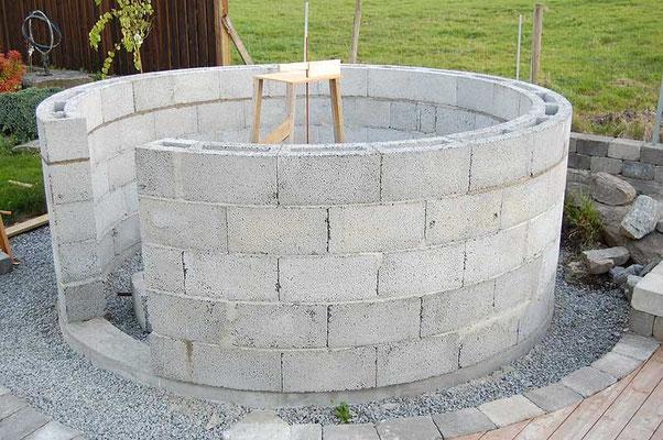 Siste Leca-blokk på plass. Neste trinn blir å fylle øverste rad med betong og forskale 12 cm over dette for å feste 32 M12-bolter.
