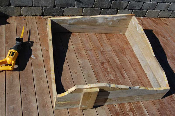 The formwork is 103 x 103 cm. The profile of the bedrock was transferred from a plywood template.