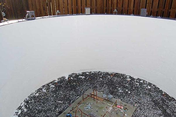 Utvendig og innvendig murpuss gjør hele grunnmuren vanntett. Betongsålen til teleskopmonteringen er armert til grunnfjellet. Ytterlig 60 cm betong blir støpt oppå sålen etter kuppelen er på plass.
