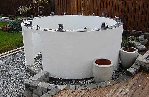 Seks store urner med beplantning kommer til å gi en organisk innramming til observatoriet. Den konsentriske kubbesteinmuren hever bakkenivået ca. 45 cm.