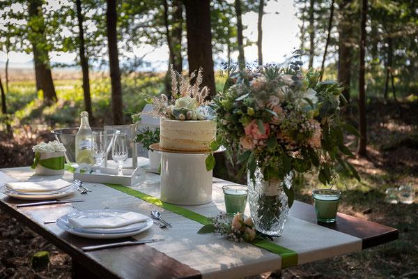 Elopement, Hochzeit im Wald, freie Trauung, Mikrohochzeit, heiraten zu zweit, verlobt, heiraten, Braut, Bräutigam, Hochzeitstorte, Brautstrauß
